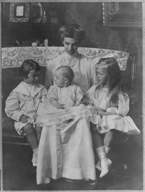 Eleanor Roosevelt as a young mother, with her children Anna, James and Franklin. (FDRL)