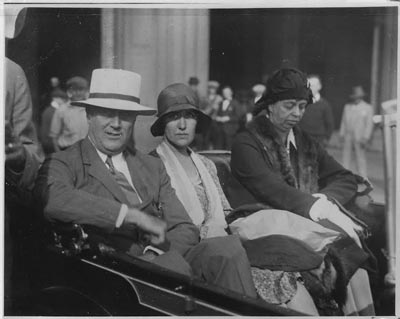 Missy LeHand, seated between the Roosevelts. (newdeal.feri.org)
